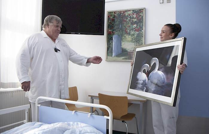 Patient der vælger kunst på Odense Universitets Hospital