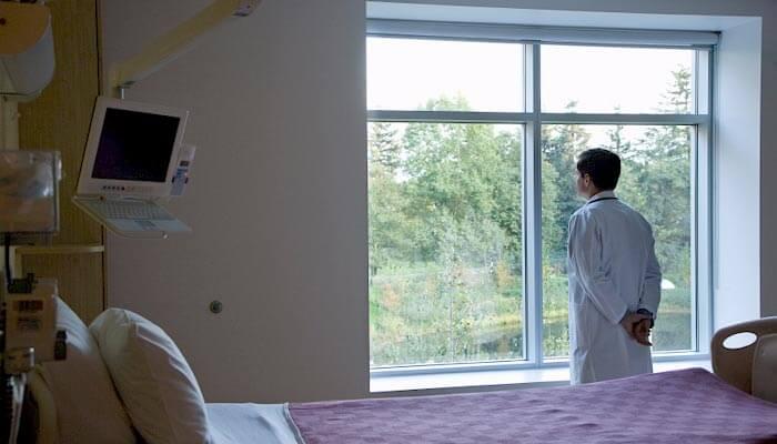 Patient kigger ud ad vinduet på hospital