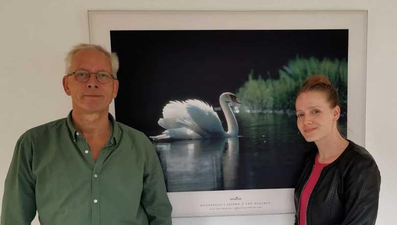 Karsten Andersen og Mari Böhlig foran akustikbillede med svane