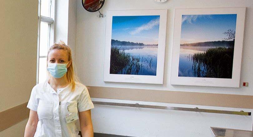 Tryghhedsskabende naturbillede på operationsgangen på Nordsjællands Hospital