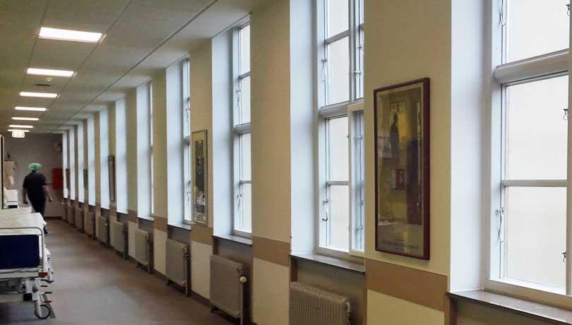 Operationsgang med indrammede billeder - sygehuskunst, hospitalskunst